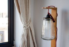Kesbeke is an Amsterdam company selling preserved pickles and onions. But they also sell add-ons, so you can transform the empty jar into a lamp! Farida combined it with an oak stand to create her own unique floor lamp.
