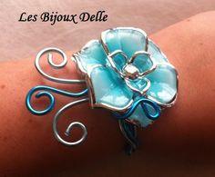 Bracelet fil aluminium turquoise, bleu glacé et fleur assortie : Bracelet par les-bijoux-delle