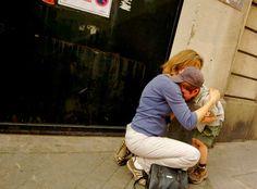 Una madre consuela a su hijo que acaba de rasparse la rodilla en París