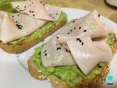 Receta de Tostadas de aguacate y pavo - ¡Súper saludables!  #RecetasGratis #Recetas #RecetasFáciles #Cena #CenaLigera #Dinner