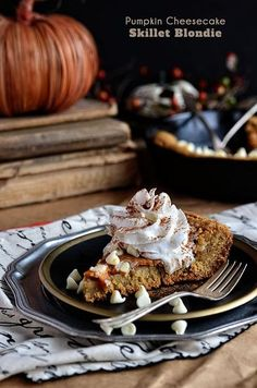 Take the great taste of pumpkin pie and give it an upgrade. Pumpkin Cheesecake Skillet Blondie is a first-class ticket to pumpkin heaven. Mini Desserts, Just Desserts, Delicious Desserts, Dessert Recipes, Yummy Food, Pie Dessert, Pumpkin Dessert, Pumpkin Cheesecake, Pumpkin Recipes