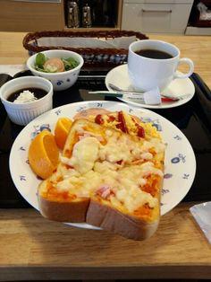 今日のお昼ご飯はピザトーストセットとブレンドコーヒーいただいています。