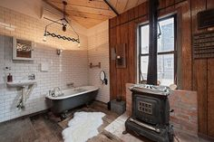 vintage Bad mit altem Metall-Ofen in der Mitte