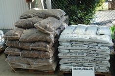 Detall de sacs de sauló i cultivator.