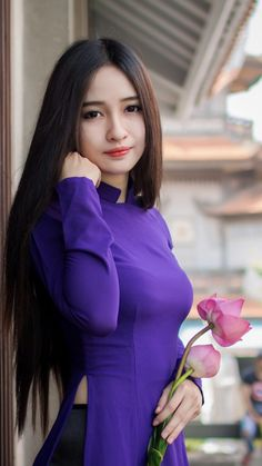Beautiful, elegant with its own National Flavour. Posted by Sifu Derek Frearson Vietnamese Traditional Dress, Vietnamese Dress, Traditional Dresses, Ao Dai, Girl With Curves, Cute Beauty, African Fashion Dresses, Beautiful Asian Women, Sexy Asian Girls