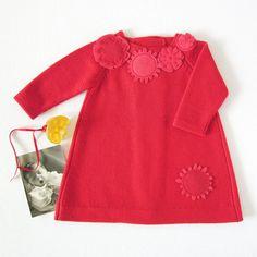 Robe de bébé en tricot en rouge avec des fleurs de feutre. 100 % laine mérinos. Taille en stock 1-3 mois