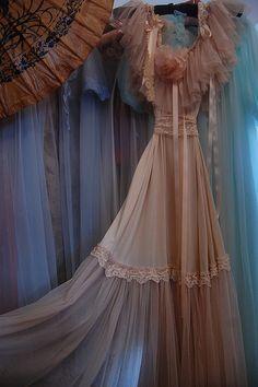 delicate design... Beautiful vintage design and so feminine.  B.