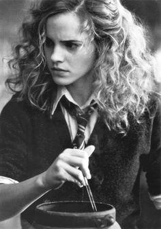 Hermione es la chica más inteligente de su curso en el Colegio Hogwarts de Magia y Hechicería. Al igual que Harry y Ron pertenece a la casa de Gryffindor, pese a que el sombrero seleccionador consideró colocarla en Ravenclaw debido a sus prominentes capacidades. Es de origen muggle: sus padres son dentistas y no tienen ninguna relación con el mundo de los magos.