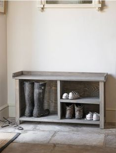 Indoor aldsworth welly bench comes with storage for two pairs of wellies and four pairs of shoes. Buy now via our website \ schoenenkast in de hal Wood Shoe Rack, Shoe Rack Bench, Bench With Shoe Storage, Diy Bench, Shoe Racks, Boot Storage, Corner Storage, Storage Spaces, Bench Seat Pads