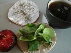 Desayuno saludable Integral con pate de berenjena y canonigos e integral con queso light con eneldo. Ciruela e infusion de manzana, malva y sauco