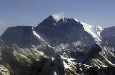 Days after deaths, another crowd attempts Everest