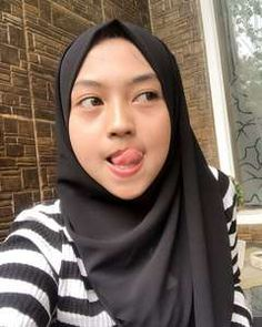 Amira licks her lips at the prospect of sucking her Daddy's huge cock ! Beautiful Hijab Girl, Beautiful Muslim Women, Arab Girls Hijab, Muslim Girls, Hijabi Girl, Girl Hijab, Hijab Hipster, Muslim Women Fashion, Girl With Brown Hair