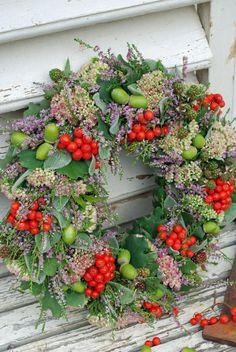 Vita Ranunkler - Home Page Santa Wreath, Diy Wreath, Door Wreaths, Autumn Wreaths, Christmas Wreaths, Christmas Crafts, Christmas Decorations, Front Garden Entrance, Memorial Flowers