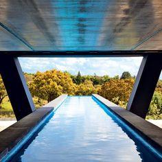 Un+couloir+de+nage+entouré+de+béton