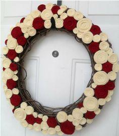 Holiday felt rosette wreath por handmadecolectibles en Etsy