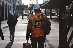 Artistieke, dromerige, filmische foto bouwvakker naar werk (kleur, scherpte, diepte)