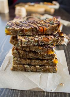 Delicious, homemade energy bars with ingredients of high nutritional value like tahini, oats, flaxseed and pumpkin seeds. Complete Recipe, Dried Apricots, Proper Nutrition, Energy Bars, Tahini, Meals For The Week, Baking Pans, Melting Chocolate, A Food
