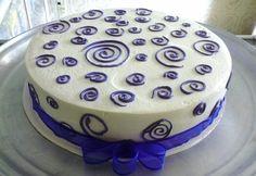 Un gran pastel para hoy viernes tres leches maracuyá con relleno de fresas y duraznos con crema chantilly cubierto en crema con figuras! Cake!