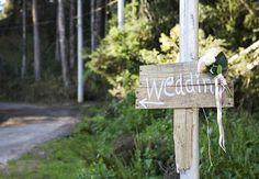 Placas de madeira mostram com estilo o caminho na estrada aos convidados
