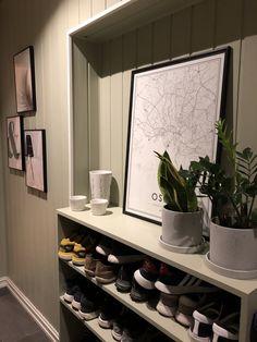 Skohylle bygget i nisje og malt i samme farge som veggen Decor, Furniture, Home, Framed Bathroom Mirror, Mirror, Bathroom Mirror, Home Decor