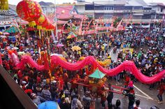 Giant pink Dragon fooling around the main temple of Singkawang at the great Parade. Photo by Teguh Wicaksono.