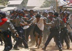 Police hit a student protester during violence in Letpadan | El mundo en un golpe de vista - Yahoo Noticias