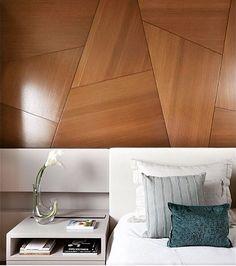 Quarto l Design do painel amadeirado sobre a cabeceira da cama, ficou…