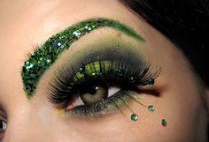 Green Of Envy  Minipaljetteja kulmissa, ripsissä ja silmän alla strasseja, vihreitä irtoripsiä alaluomessa
