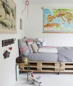 Love this pallet bed and the overall decor! Home Bedroom, Kids Bedroom, Bedroom Decor, Decor Room, Home Decor, Bedroom Inspo, Pallet Beds, Pallet Furniture, Diy Lit