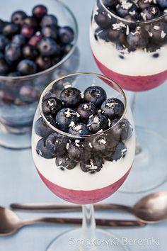 Blueberry Coconut Greek Yogurt Parfait (in Polish with translator) Greek Yogurt Parfait, Healthy Snacks, Healthy Recipes, Coconut Yogurt, Sorbet, Nutella, Acai Bowl, Blueberry, Panna Cotta