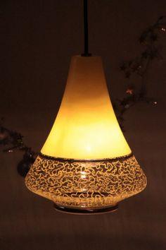 Suspension ancien luminaire abat jour en verre jaune & or... http://www.lanouvelleraffinerie.com/plafonniers-suspensions-lustres/553-vintage-suspension-ancien-luminaire-abat-jour-en-verre-jaune-or.html
