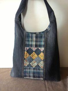 Купить или заказать Джинсовая сумка-торба с лоскутной хлопковой вставкой в интернет-магазине на Ярмарке Мастеров. джинсовая сумка с длинной ручкой на молнии, с обратной сторыны врезной карман на молнии, внутри 3 кармана, один на молнии, др. для телефона, можно носить на плече и через плечо, обьемная, удобная,лоскутная вставка, подкладка хб клетка в тон…