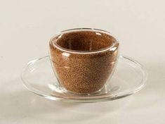 Tazzina da caffè con piattino incluso dalle caratteristiche vive, in movimento che consente grazie al sughero infuso allinterno, di creare un effetto di estrema matericità incapsulato allinterno del vetro, sughero che non potrebbe mai per sua natura essere utilizzato in ambienti domestici