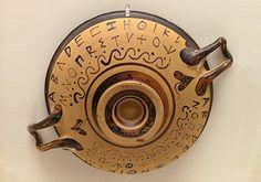 Tutte le scritture derivate dal fenicio fanno uso di sole consonanti. In Grecia però, si parla una lingua diversa che non può essere trascritta con gli alfabeti allora esistenti.
