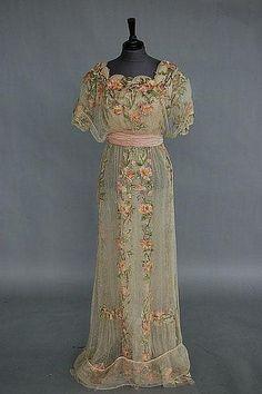 Eine Rose bestickt Braut / Abendkleid um 1912, Kerry Taylor Auctions Katalog - Antik-und Vintage Mode, Textilien und Zubehör   Unbezahlbar 3373