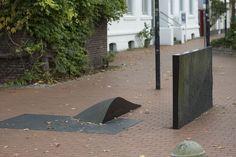 #Eckernförde Fußgänger treffen auf dem Fußweg durch die Eckernförder Innenstadt auf eine dreiteilige Skulptur des Bildhauers Johannes Michler. Es handelt sich um ein Kunstwerk in stark reduzierter Formensprache, das aus schwarzem Diabasgestein besteht.