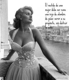 """""""El vestido de una mujer debe ser como una reja de alambre de púas: servir a su propósito sin obstruir la vista."""""""