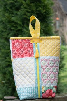 Sewing Bags how to sew a placemat pouch from Lorrie Nunemaker Sewing Hacks, Sewing Crafts, Sewing Projects, Sewing Tips, Patchwork Bags, Quilted Bag, Sewing Makeup Bag, Bags Sewing, Pioneer Woman Placemats