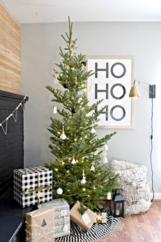 We love modern decor and Christmas is no exception. Here's our modern Christmas home tour. I hope you're inspired to go minimal and modern! Bohemian Christmas, Modern Christmas Decor, Farmhouse Christmas Decor, Noel Christmas, Christmas Tree Decorations, White Christmas, Modern Decor, Christmas Tables, Nordic Christmas