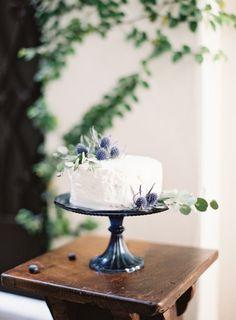 Simplistic yet organic cake design.