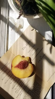 Aesthetic Vintage, Aesthetic Photo, Aesthetic Pictures, Cream Aesthetic, Shadow Photos, Fruit Photography, Artsy Photos, Flowers Nature, Light Recipes