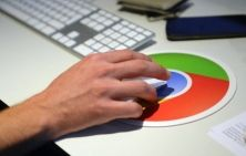 Una community di sviluppatori smaschera l'ultimo aggiornamento del browser Chrome, che consente la ricerca vocale. Il motore di ricerca acquisisce un dato biometrico senza il nostro consenso, come prevederebbe il Garante. E scoppia il caso
