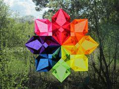 Trae un hermoso color a tus días! Esta estrella de ventana inspirada en Waldorf aclarará sus ventanas. Si colocas tu estrella en una ventana