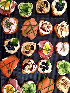 Crostini, an elegant affair… About a fortnight ago, one of the broker assistants at my second job asked me if I could cater a few light snacks for a 'Brokers Open House' of a multi-million dollar beach property in …Elegant Crostini l Hungry B Snacks Für Party, Appetizers For Party, Appetizer Recipes, Party Recipes, Appetizer Ideas, Party Party, Beach Appetizers, Party Canapes, Wedding Canapes