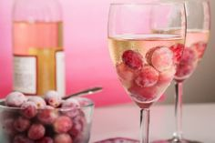 Keep your glass of wine chilled with a few frozen grapes! Not only are frozen gr. Keep your glass of wine chilled with a few frozen grapes! Not only are frozen grapes a refreshing snack, but they do wonders for chilling otherwise wa. Grand Marnier, Sangria, Wine Cocktails, Frozen Grapes, Small Oven, Perfect Glass, Wine Chiller, Best Side Dishes, Tips