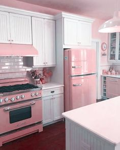 Kitchen Decor Ideas 33 Awesome Retro Kitchen Design Ideas Beautify Your Garden With A Bridge A good Shabby Chic Farmhouse, Shabby Chic Kitchen, House Design, Pink Kitchen, Retro Kitchen, Chic Decor, Chic Kitchen, House, Chic Kitchen Decor