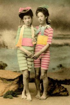 明治・大正時代に撮影された芸者や舞妓さんたちのカラー水着写真