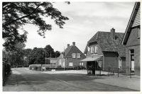 Hoofdweg ter hoogte van de Engelenweg. Kapsalon Theunissen, thans kapsalon Marnie. Daarnaast het voormalige bankgebouw.1957