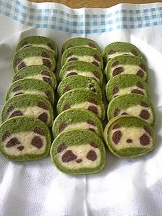 Panda cookies! Recipe in Japanese. Based on panda bread recipe: http://perfectpandas.com/2008/01/08/panda-bread/
