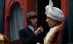Help! 1965 A trama rocambolesca mostrava uma gangue de indianos misteriosos que queria roubar um anel preso no dedo de Ringo Starr